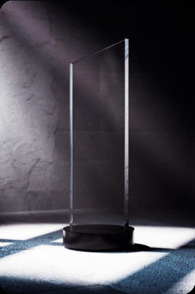Długa kryształowa statuetka
