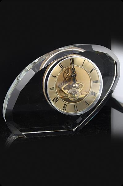 Nieforemna bryła szkła z zegarem
